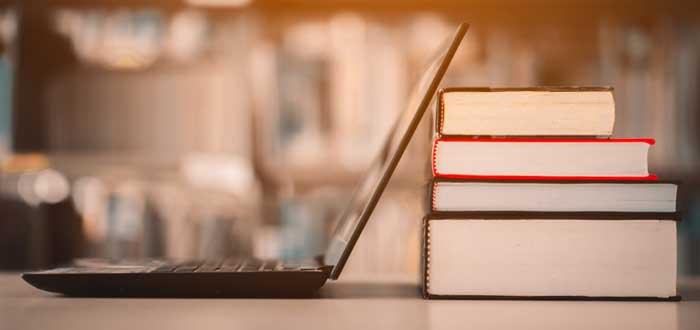 Lapto y libros para autoaprendizaje de las cualidades de un emprendedor