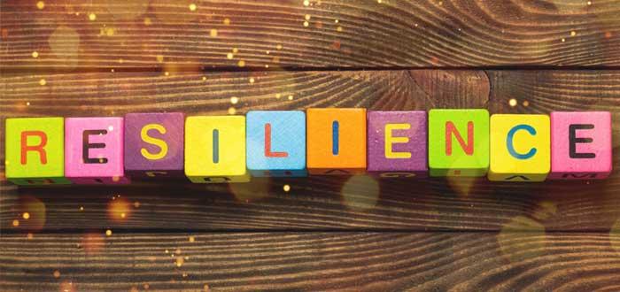 Letrero de resiliencia en cubos de colores una de las cualidades de un emprendedor