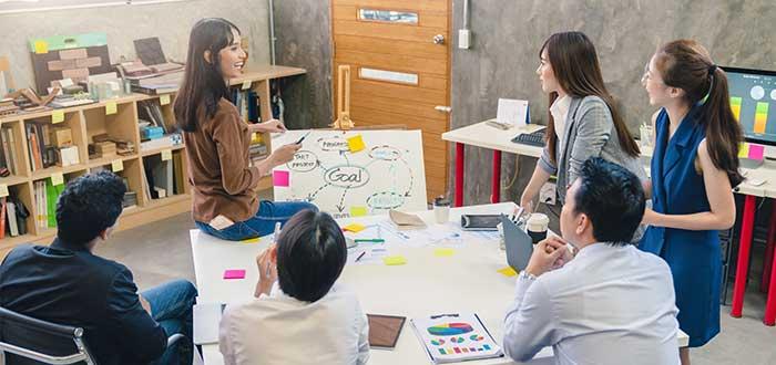 equipo de trabajo discute estrategia