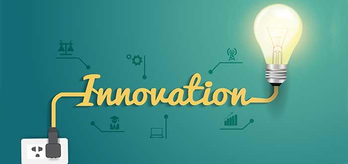 cable conectado a pared palabra innovacion y bombillo encendido