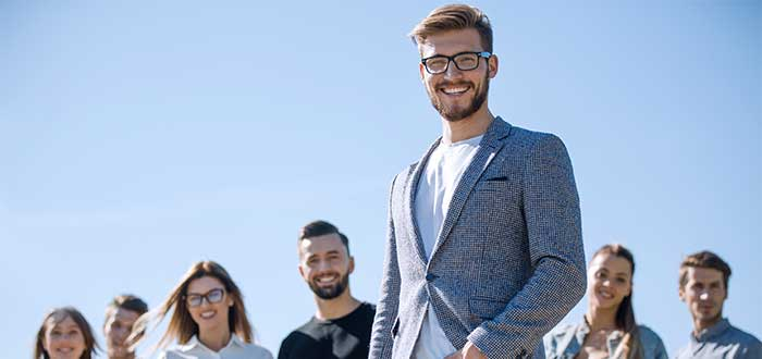 hombre lider en frente de su equipo de trabajo factores críticos de exito