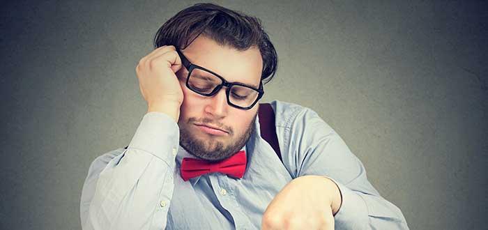 hombre dormido sentado con mano en la cara frases para iniciar la semana