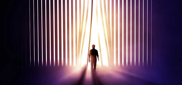 persona pasando persiana vertical de oscuridad a luz frases para iniciar la semana