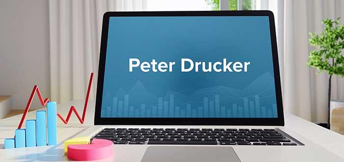 Pantalla computador escrito frases de peter drucker simbolos finanzas
