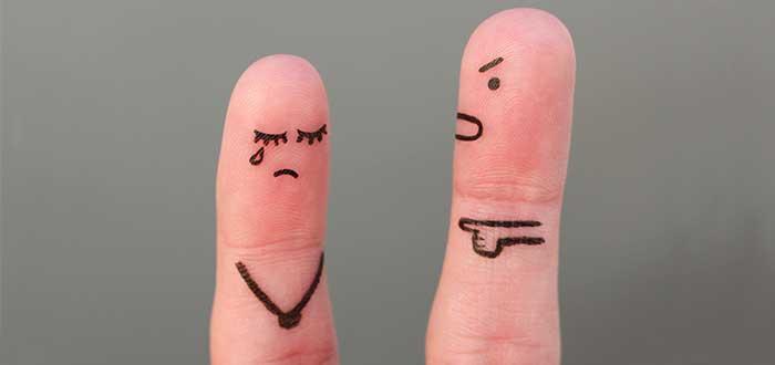 dedos pintados con una persona que grita a otra que llora