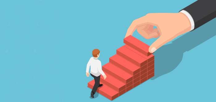 dibujo persona subre por escaleras que pone una mano