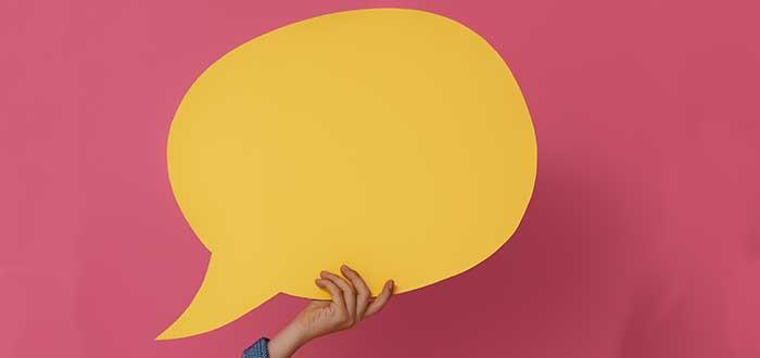 persona sostiene hablador amarillo