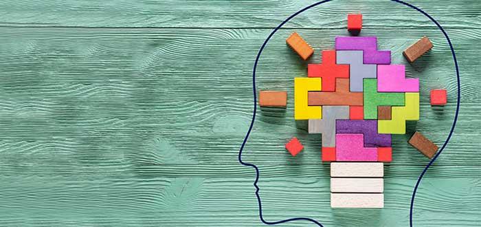 cabeza dibujada con bombillo construido con bloques liderazgo empresarial