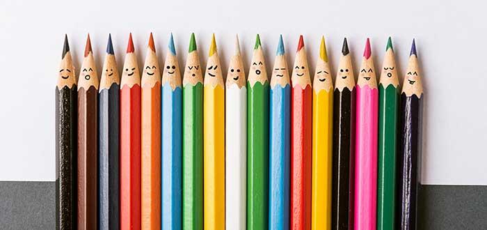 lápices de colores con caras sonrientes