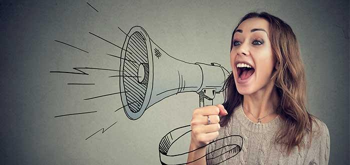 persona habla fuerte por megafono pintado