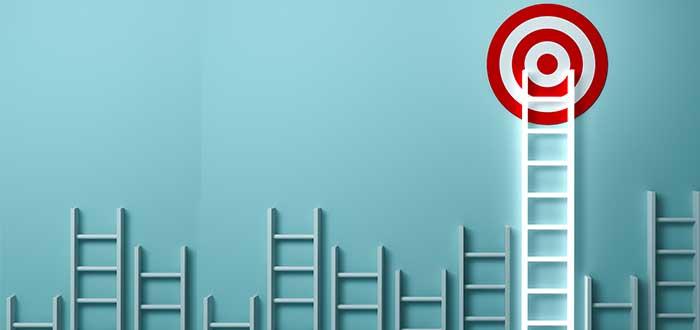 varias escaleras y una que llega a un blanco liderazgo empresarial