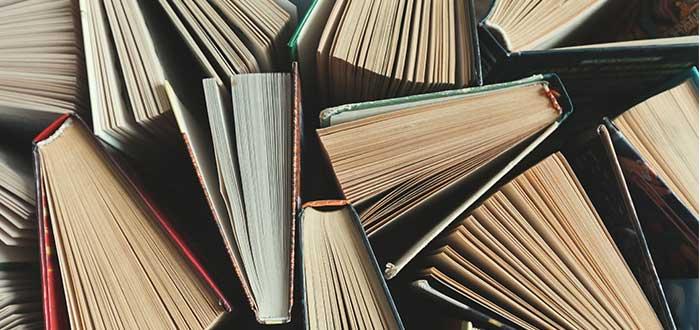 varios libros desordenados
