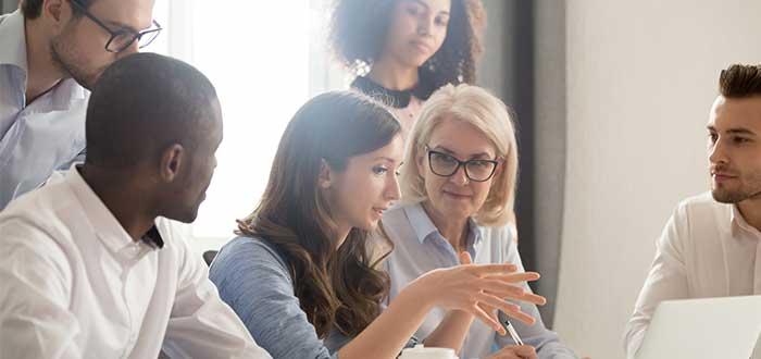 grupo_personas_una_explica_frente_a_computador_salario emocional