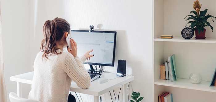 mujer_trabaja_en_oficina_en_casa_salario emocional