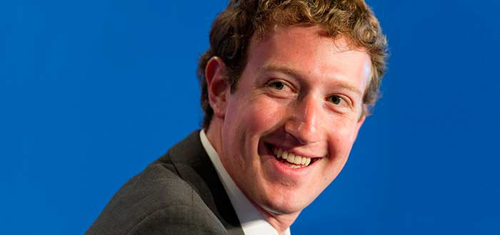 Mark Zuckerberg sonriendo