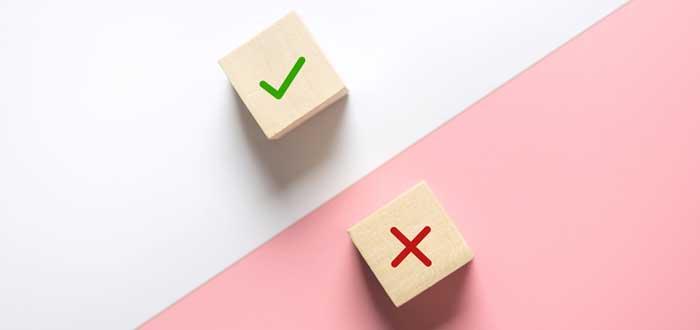 Cubos de madera con los símbolos de aprobación y rechazo