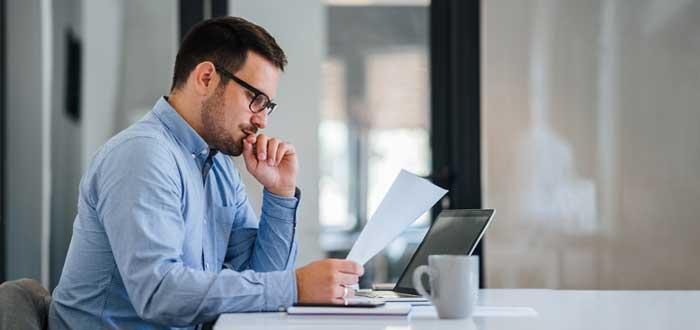 Empresario evalúa la toma de decisiones en una empresa