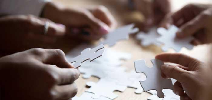 Equipo arma un puzzle con fichas