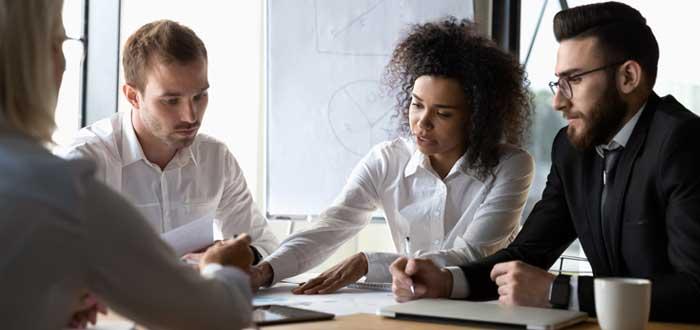Un equipo trabaja en la toma de decisiones en una empresa