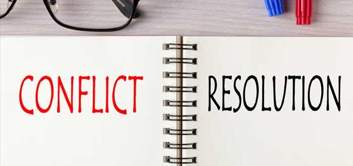Libreta con las palabras conflict y resolution