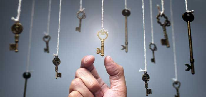 Una mano elige una llave de un grupo de llaves