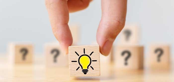 Una mano toma un cubo con el símbolo de una idea