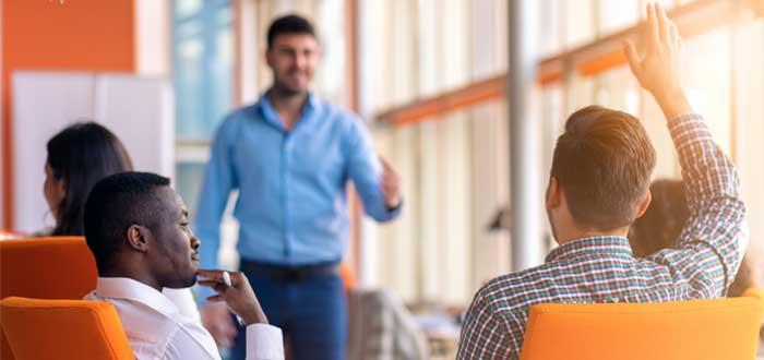Reunión de equipo para toma de decisiones en una empresa