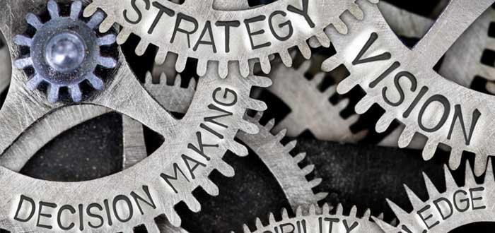 Ruedas dentadas con conceptos de la toma de decisiones en una empresa
