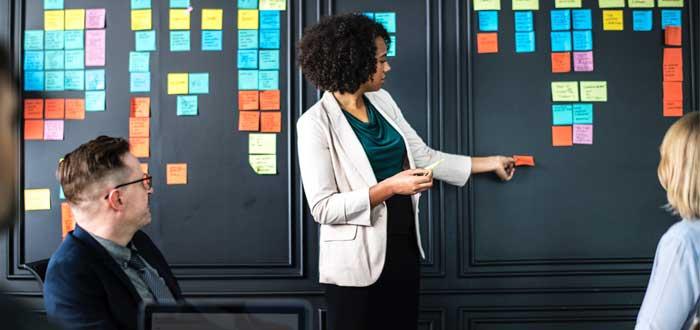 persona estableciendo objetivos y prioridades en reunion efectiva