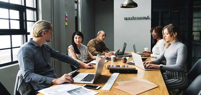 trabajadores en oficina conversando