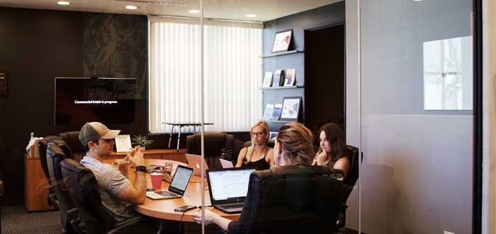 personas necesarias sentadas alrededor mesa reunion efectiva