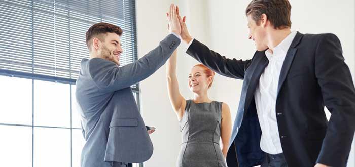 Grupo emprendedor chocando la mano