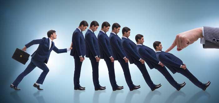 Hombres en efecto dominó