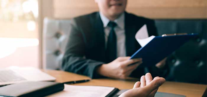 empresario_describe_su_idea_de_negocio_mientras-otro_toma_nota