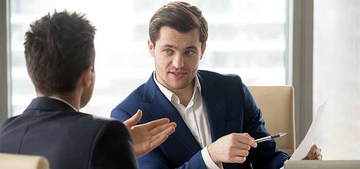 Empresario_pregunta_a_experto_sobre_su_plan_de_negocios