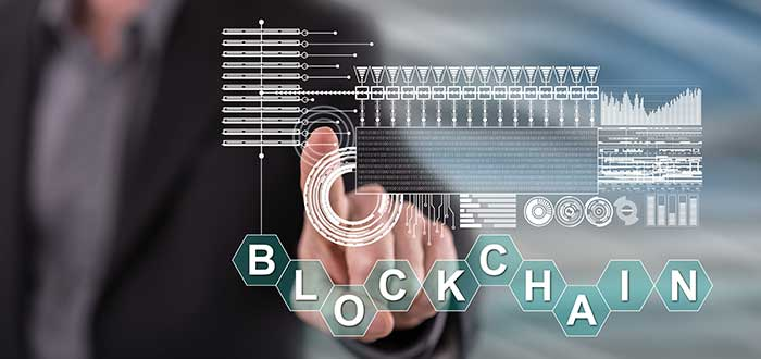hombre señala pantalla digital con blockchain