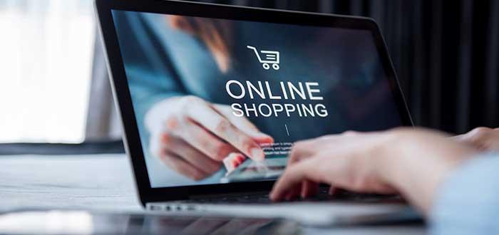 persona en la computadora entrando a una tienda virtual