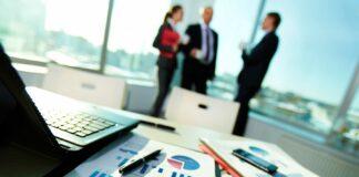 Empresarios_hablando_sobre_plan_de_negocios
