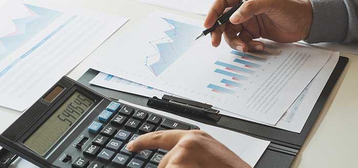 empresario_haciendo_el_modelo_financiero_de_la_empresa