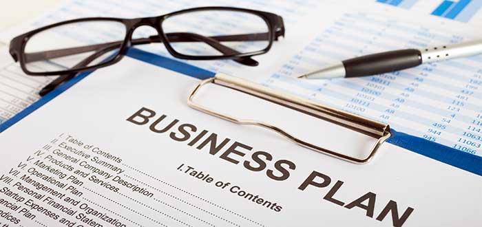 tabla con plan de negocios gafas y espero