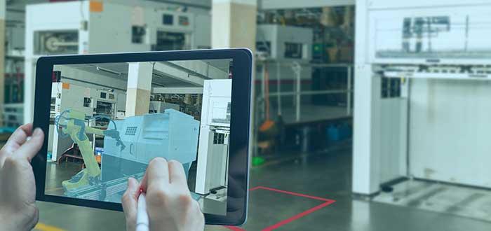 tableta con imagen en realidad aumentada frente a un espacio