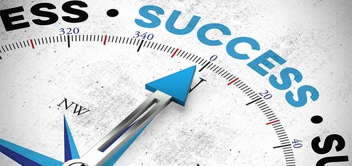 manecilla de brújula señalando el éxito