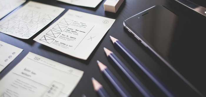 Lápices y notas sobre una mesa