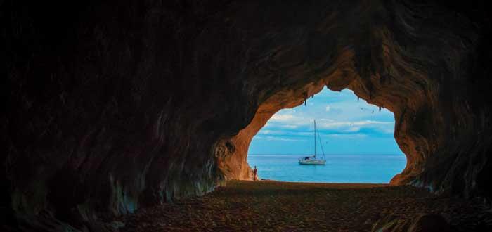 Estrategia del oceáno azul y un barco visto desde una cueva oscura