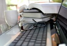 Libros con gafas y teclado