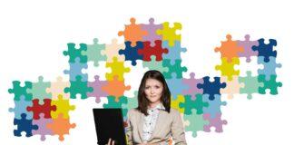 Mujer con laptop y puzzle