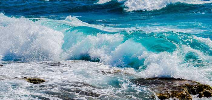 Olas en un mar azul - estrategia del oceáno azul