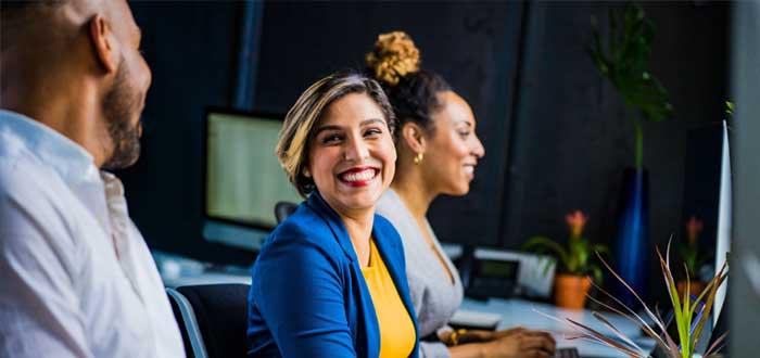Mujer que sonríe en el trabajo
