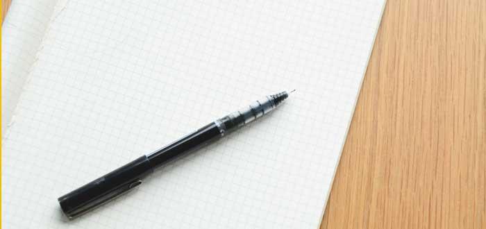 Papel y bolígrafo para hacer una matriz RACI