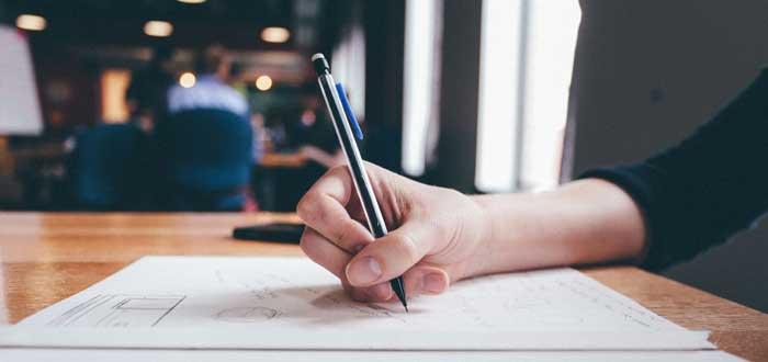Mano escribiendo en el papel